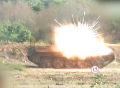 """""""中国神箭""""超低空掠地击中坦克"""