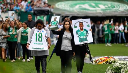 沙佩科恩斯主场举行告别仪式 球迷雨中送别罹难球员