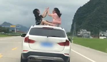驚險! 倆女孩坐寶馬車頂嬉戲