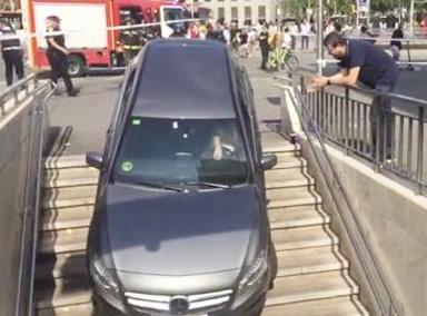 司机直接把车开进地铁站