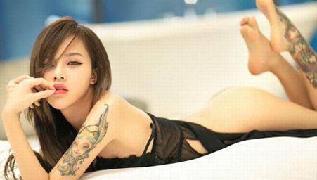 给性感尤物纹身你见过么?看嫩模欣杨现场纹身