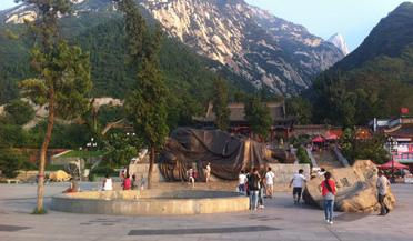 近萬名游客夜爬華山10小時觀日出