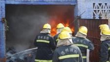 实拍消防演练失误 消防员惨遭大火烧身