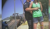 因怀疑女子酒后驾车,美国警察摸胸检查被质疑!