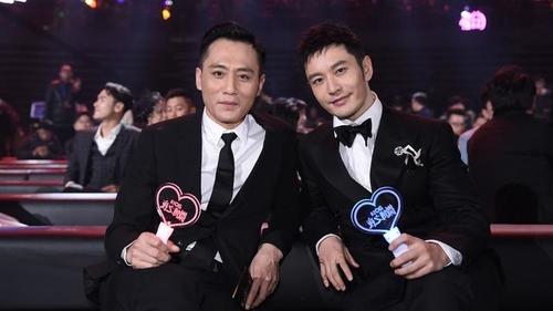 林志玲和陈坤、刘烨在微博之夜嬉笑打闹,谁注意到了黄晓明的表情