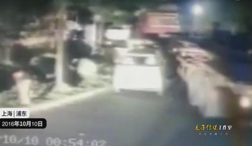 监拍上海酒驾男开卡车冲入小区撞损17车