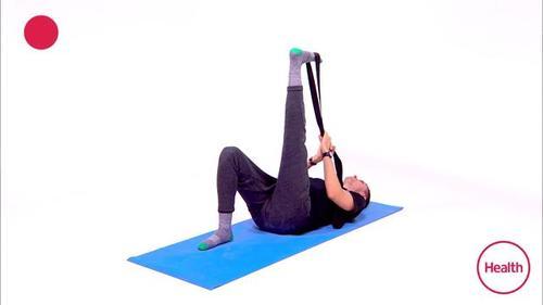 瑜伽教练教你睡前做这3组伸展动作,只需1根弹力带,睡眠质量up