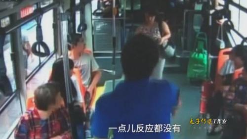 监拍:郑州退伍老司机一声吼 毛贼将偷来手机送回