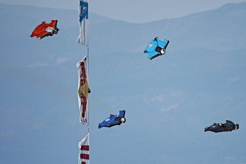 疯狂的游戏!独一无二的四人翼装飞行竞速比赛