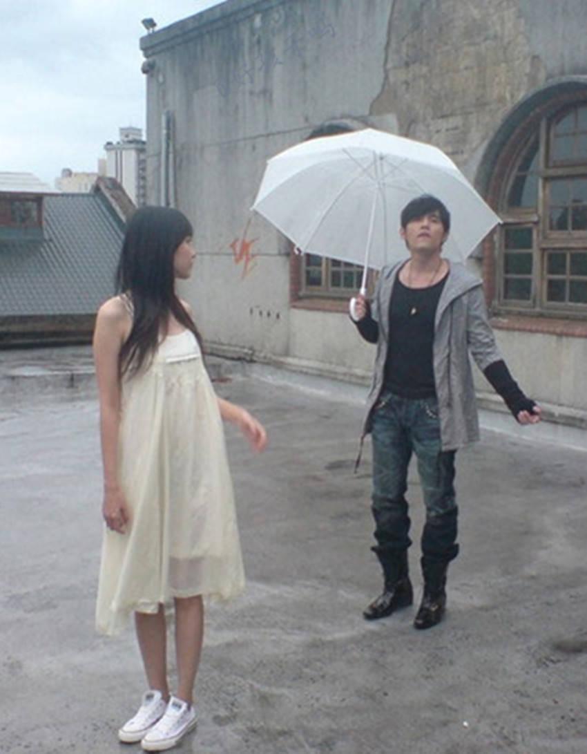 女生下雨天淋雨图
