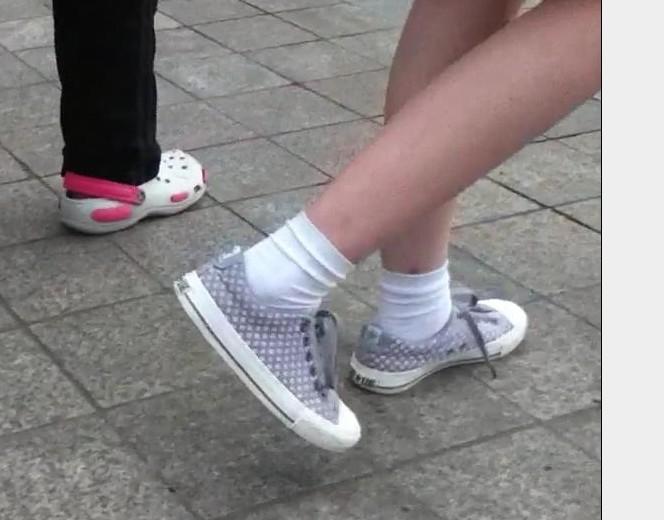 请给我发几张真实的女生带有白袜子的运动鞋或者帆布