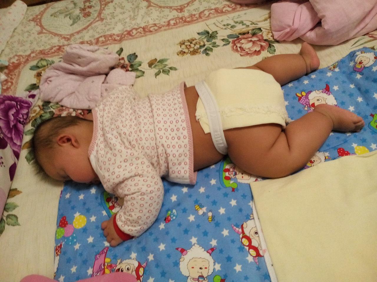 宝宝会趴着睡觉了.图片