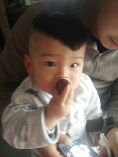 谁有给男宝宝留头发头顶扎小辫的?图片
