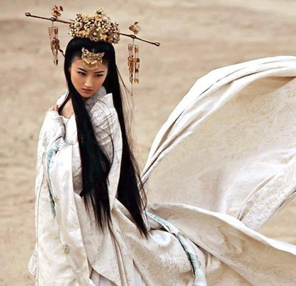 这个白衣美女是谁啊?