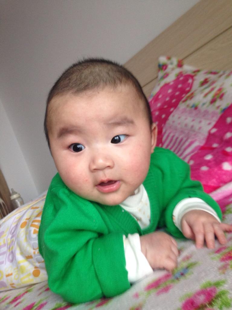 宝宝趴着好吐奶怎么回事?图片