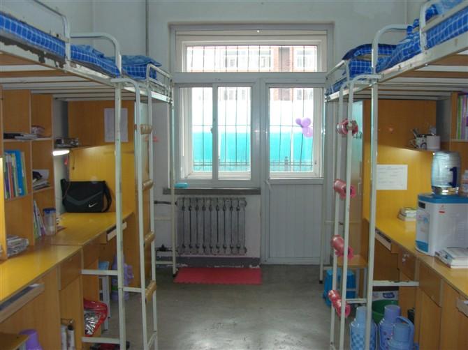 四人寝室,暖气刚换过效果应该不错图片