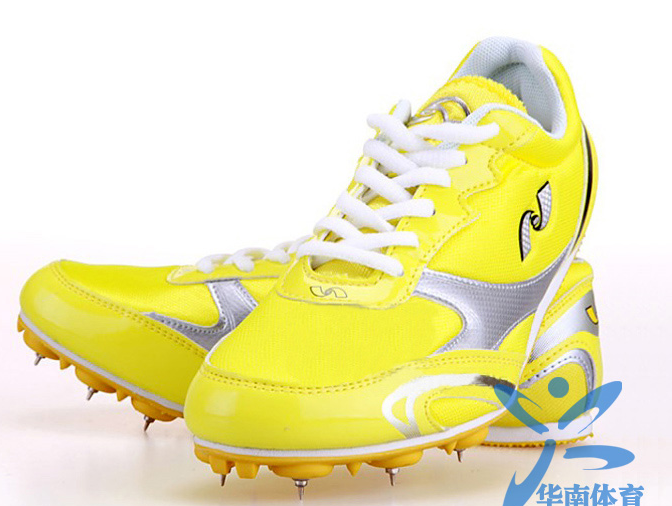 在塑胶跑道上穿钉子鞋-钉鞋和普通跑鞋跑的成绩有差别吗