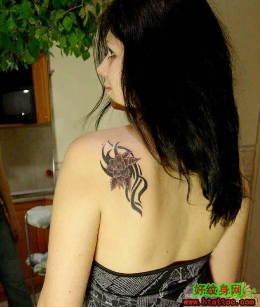求纹身的照片.女的.纹的地方要在肩上.脚踝.脖子后面.图片