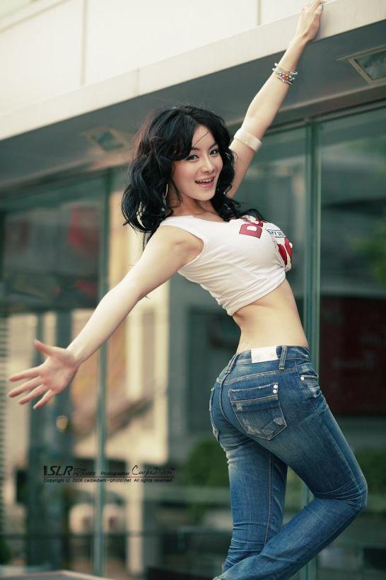 这位牛仔裤翘臀美女是谁?