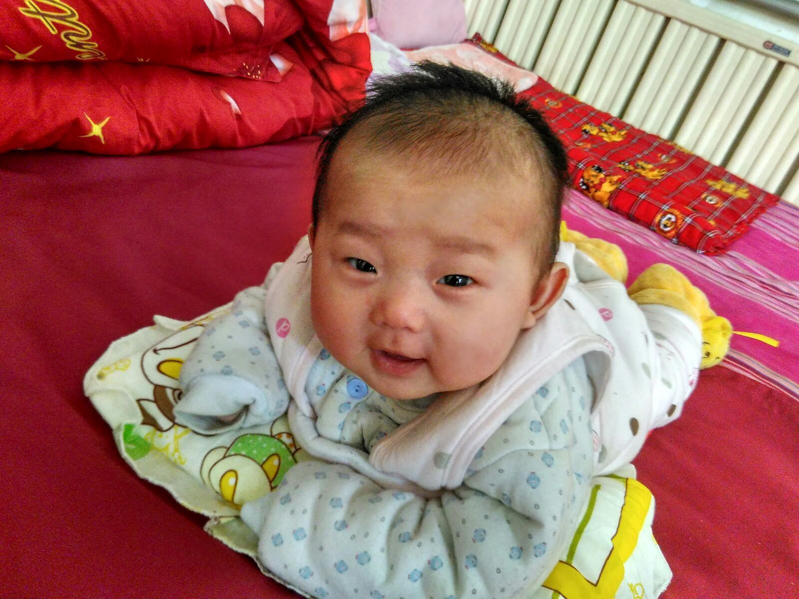 3个月的宝宝趴着会抬头吗图片