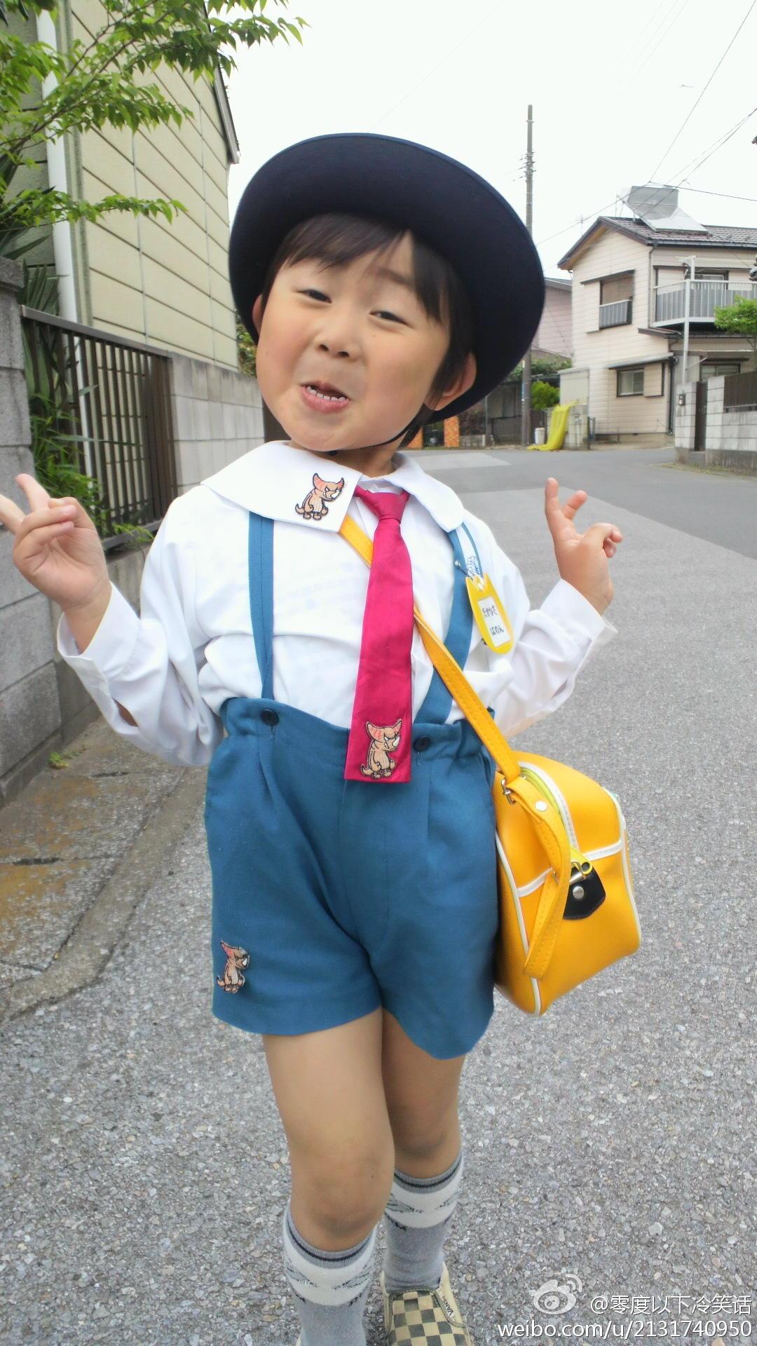 和阿信长的相似的表情搞笑的小女孩原图