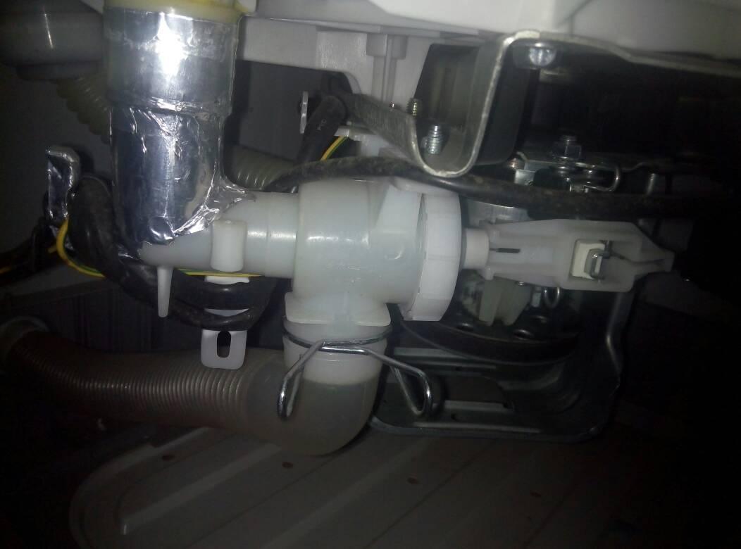 这个是排水阀吗?要怎么拆,洗衣机一边进水一边排水,全图片