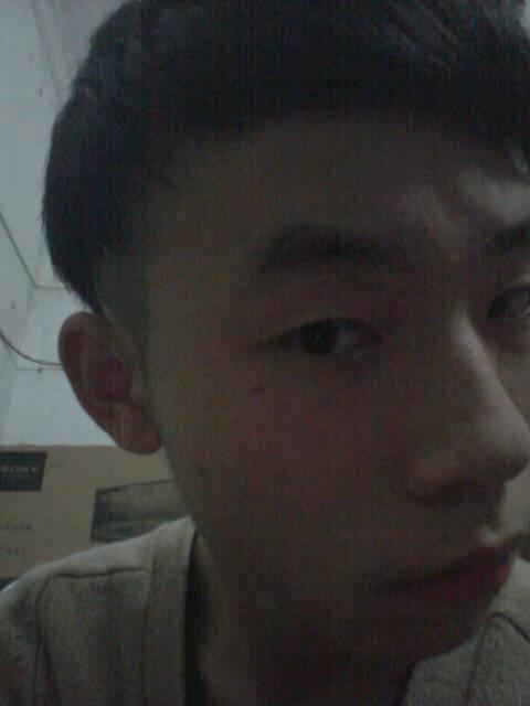 现在头发被剪短了很多图片