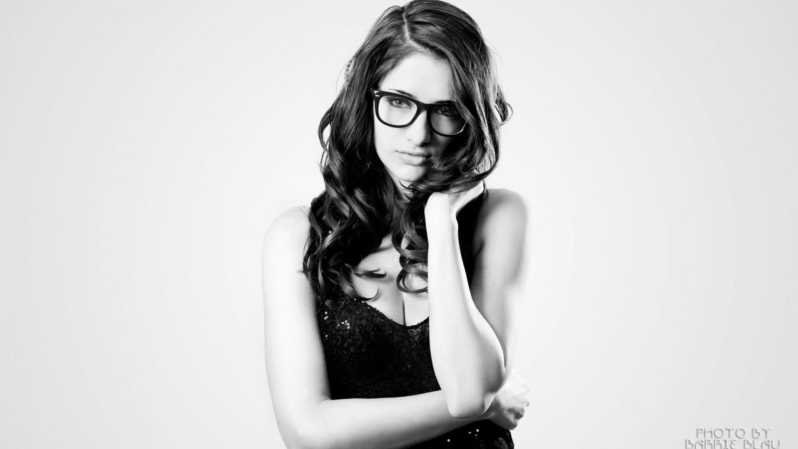 搜壁纸黑白美女戴眼镜欧美