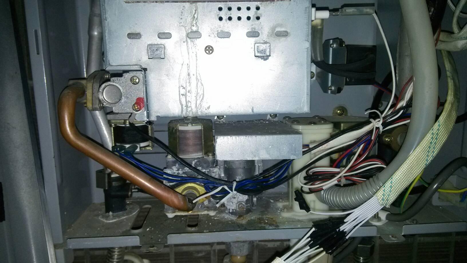 万和热水器水箱处漏水,外面管不漏水,不用也漏,是什么图片