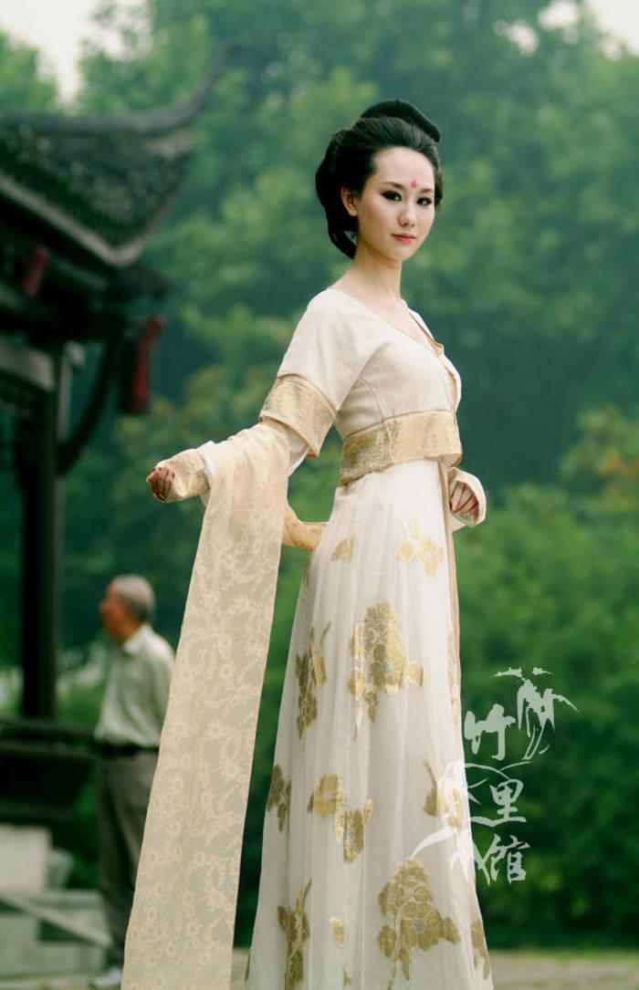 在古代款式的基础上,现代汉服高腰儒裙取其精华去其糟粕有了更大发展图片