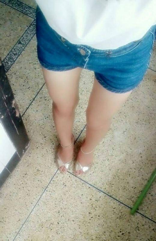 女生穿裤子下面突出是什么原因啊,不管穿什么裤子都这样,没有垫什么