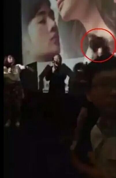 【娱乐星闻】刘亦菲被变态猥琐男扑倒撞飞!