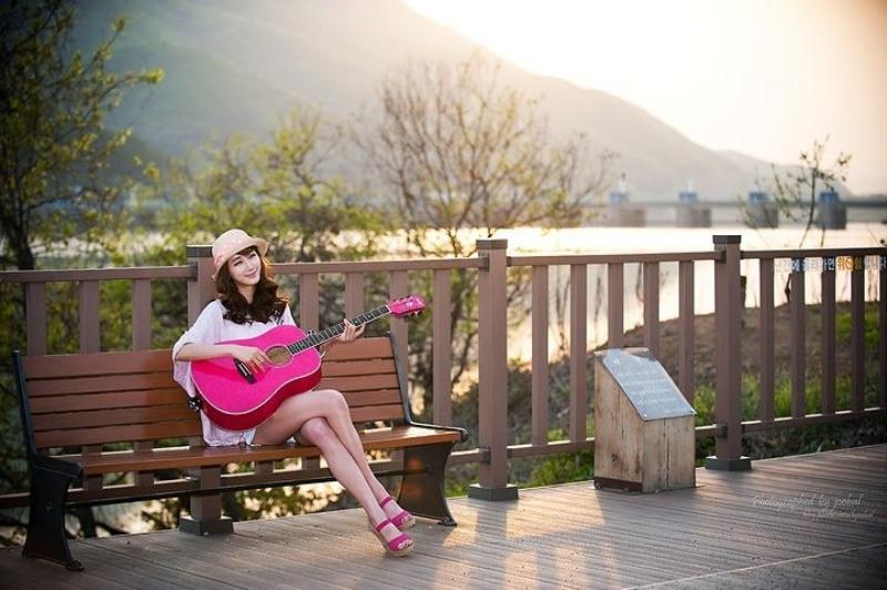 弹钢琴的美女; 弹钢琴或者谈吉他女生图片乐器的都
