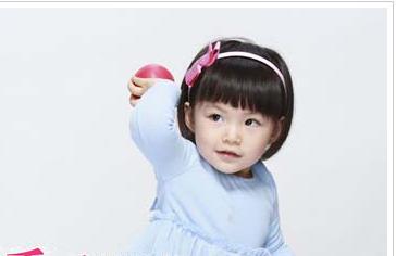 同样也是一种可爱漂亮的发型,儿童的短发发型还是以波波头发型为主的图片