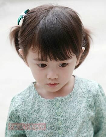 这也是一款小女孩扎发发型,短发扎出两个可爱的小马尾,齐刘海下呆萌的