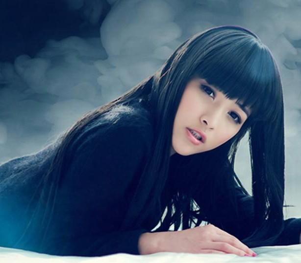 请问这位齐刘海的美女是谁啊?