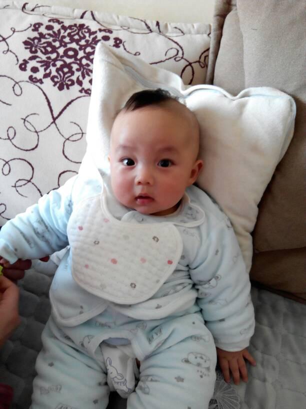 我家宝宝和你家一样,生下来头发很好,满月的时候剪了,只长头上一撮图片