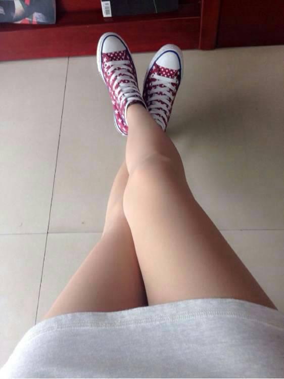我是高中女生 请问夏天时候红色帆布鞋搭配肉色丝袜