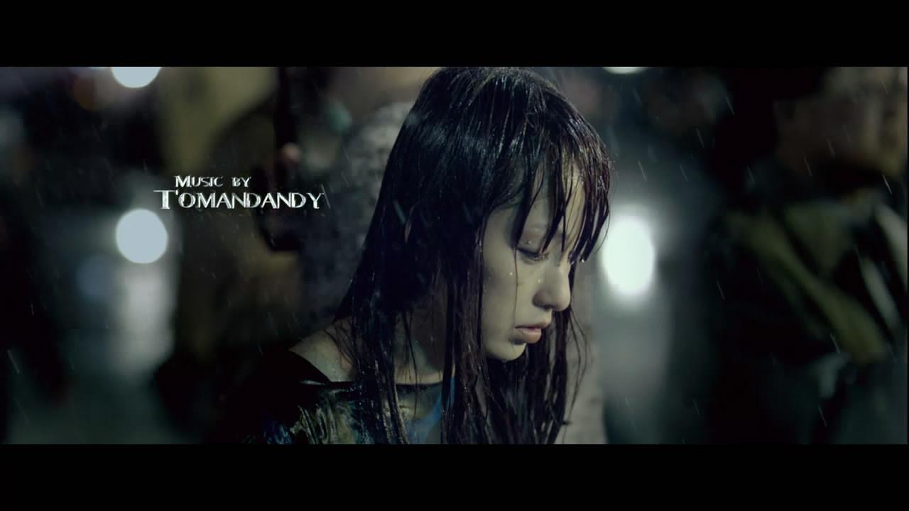 一个女人在街上淋雨