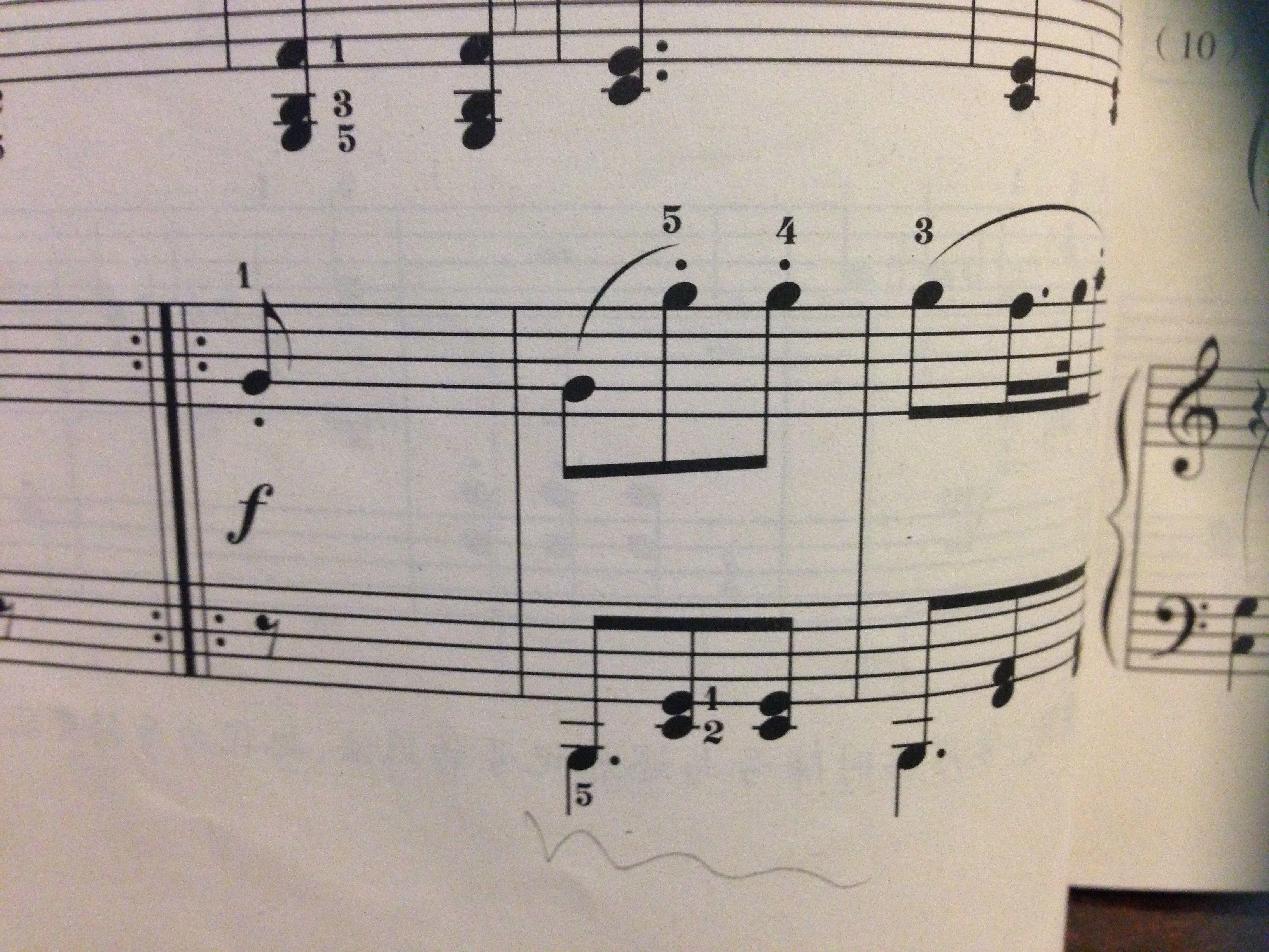 下面四个点是什么字_下面这个附点是什么意思?这个钢琴谱是3/8的,这个附点