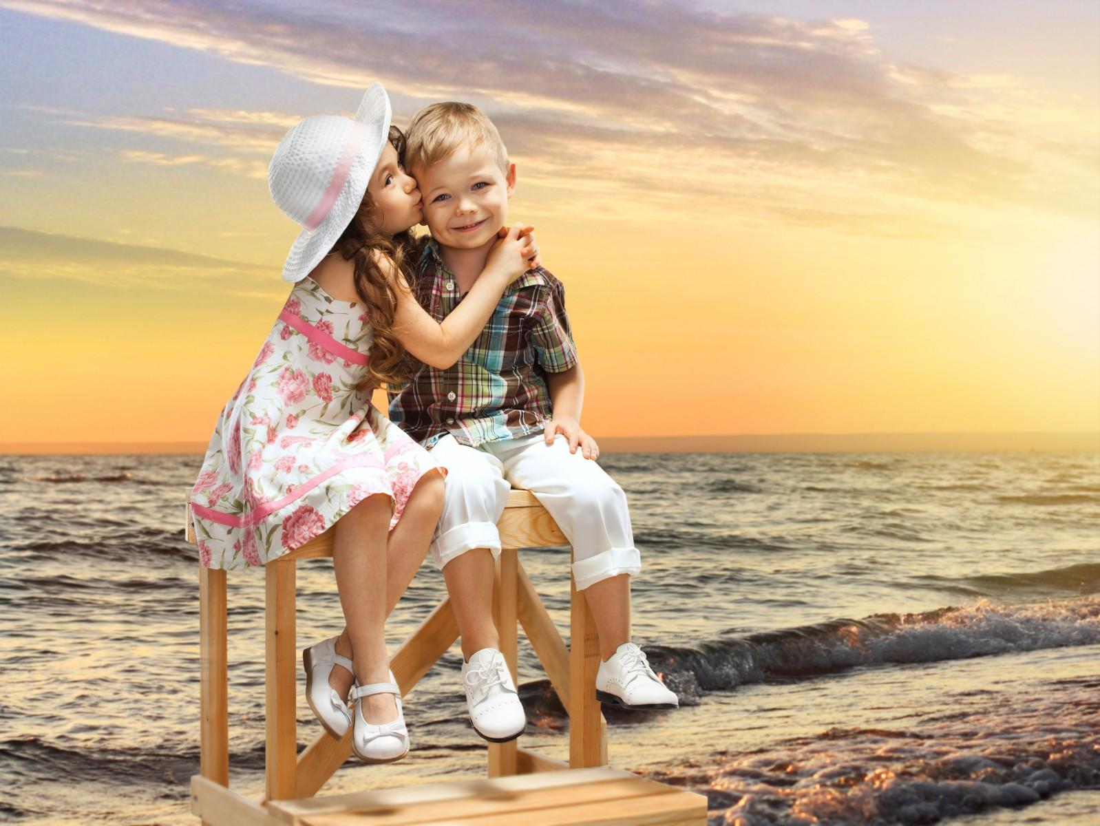 夕阳下小男孩吻小女孩的壁纸