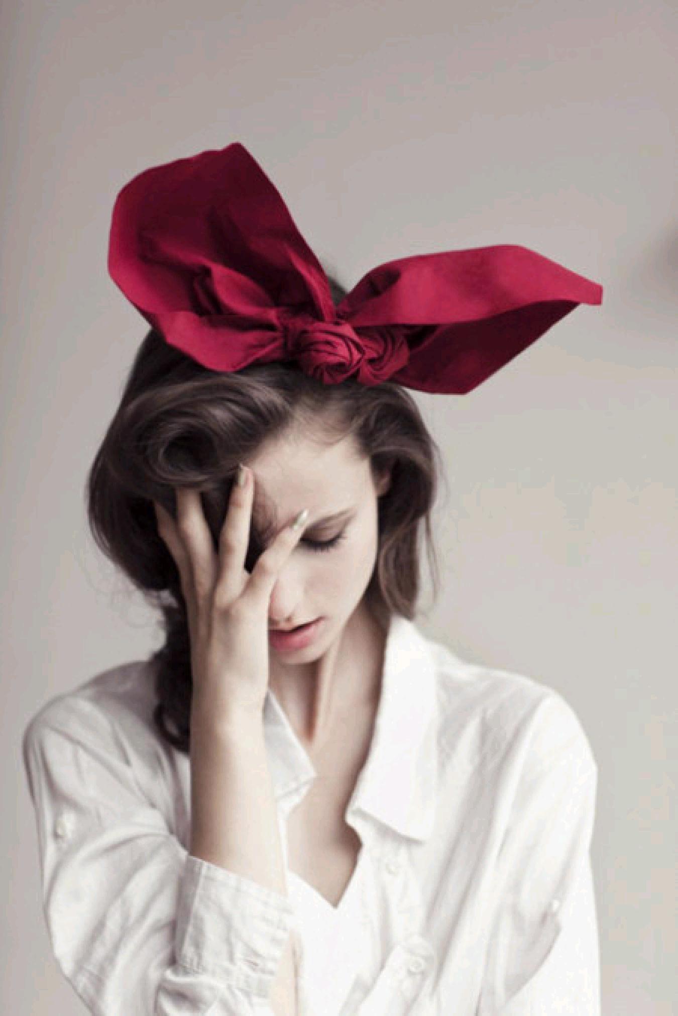 谁有这个高清的壁纸,一个外国美女头戴红蝴蝶结,要原图,大一点的,高清