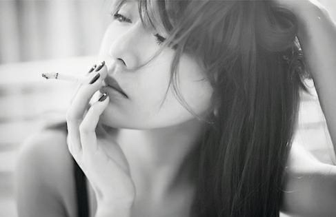 有没有唯美一点的女生抽烟头像