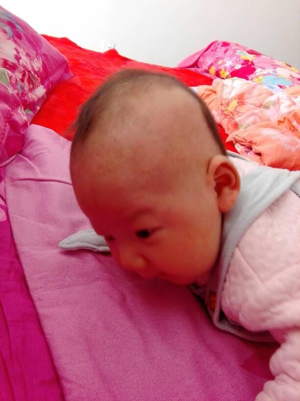 照着宝宝知道的提示,让宝宝趴会,锻炼宝宝抬头图片