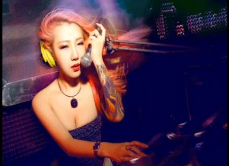 这位粉红色头发的美女dj是谁啊