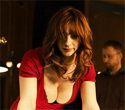 一个穿红衣服的美女打桌球的片段