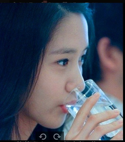 一张女生喝水的图片