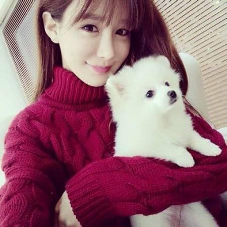 谁有想这样抱可爱小宠物的美女头像