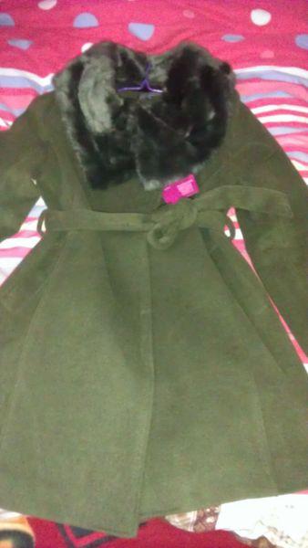 我是女生,今年买了一件比较成熟的军绿色风衣图片