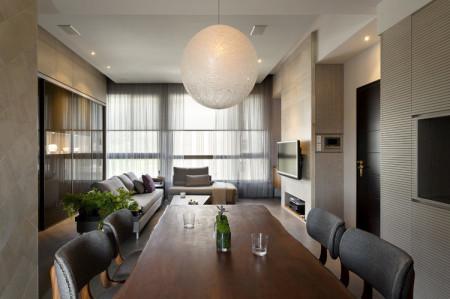 装修风格现代简约型,白墙,浅色地板砖,原木色家具,电视背景墙淡黄色